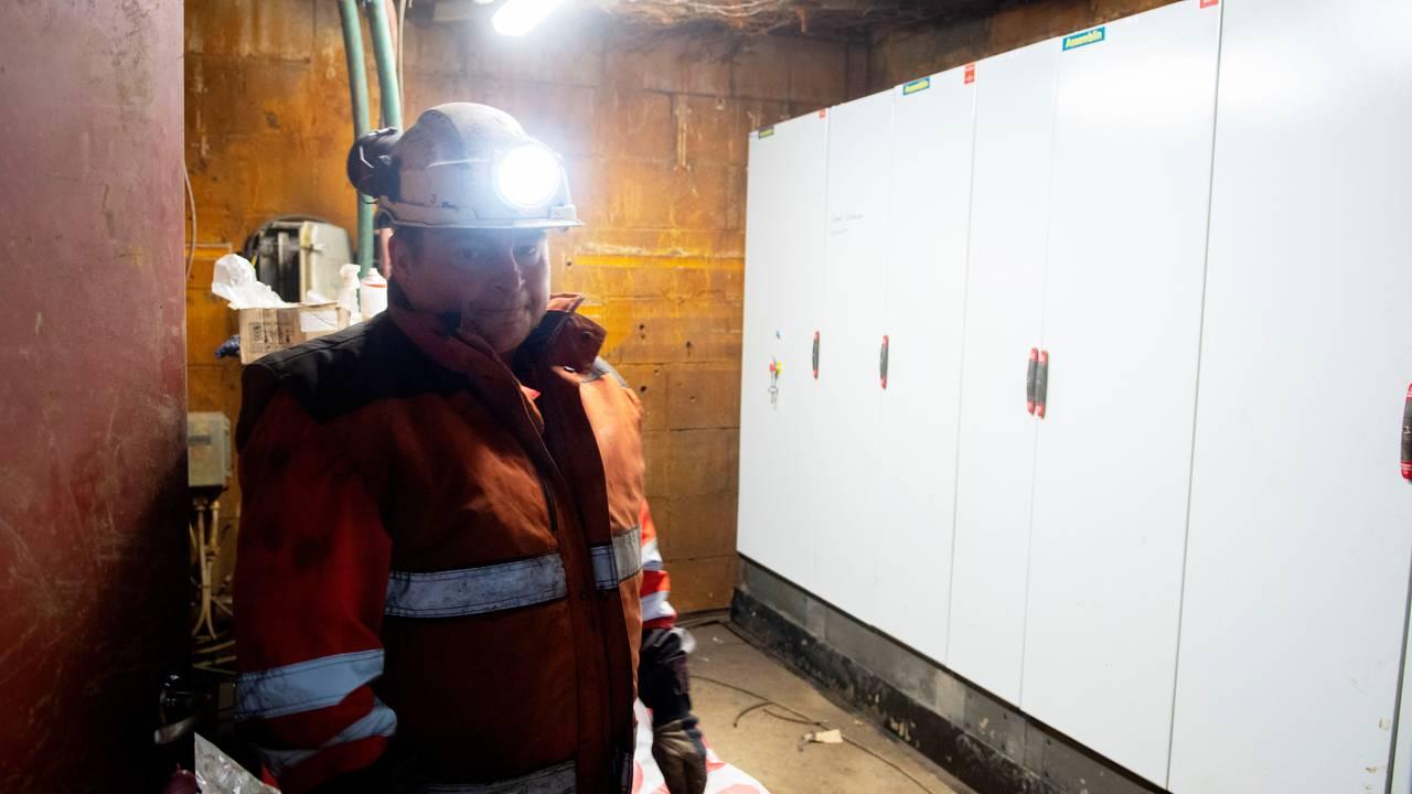 Bent Jakobsen viser det tekniske rommet, som i fjor sommer var fylt med vann. Alt det elektriske i skapene måtte skiftes ut. Foto: Line Nagell Ylvisåker