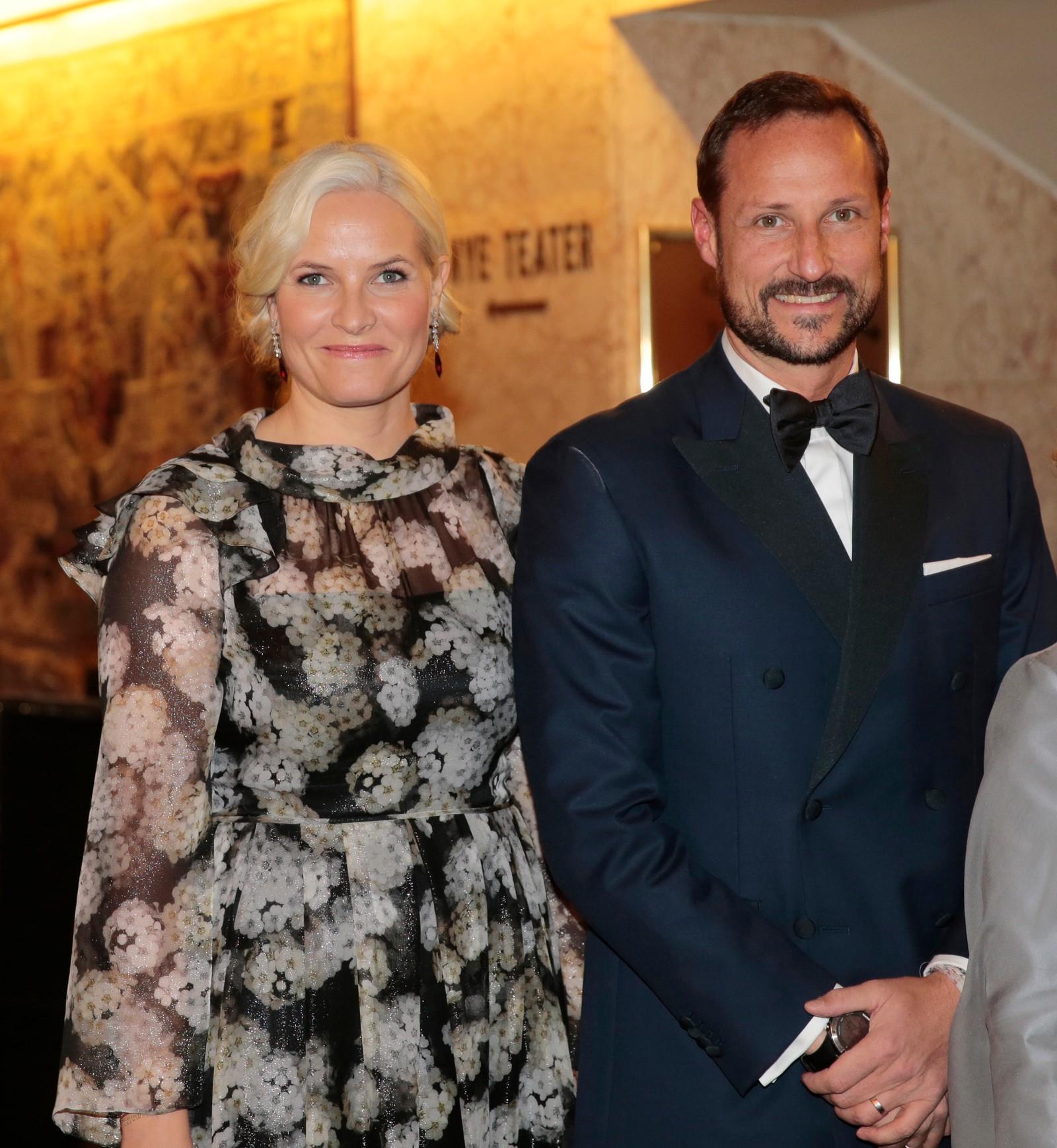 KONGELIGE GJESTER: Kronprins Haakon og kronprinsesse Mette-Marit på vei inn til Nobelbanketten på Grand Hotel.