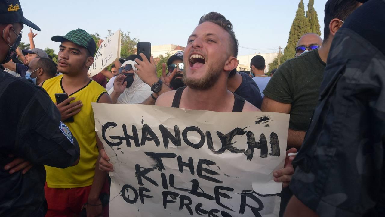 Demonstrant holder skilt der det står