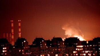Beograd opplyst av flammer under den første natten med NATO-angrep
