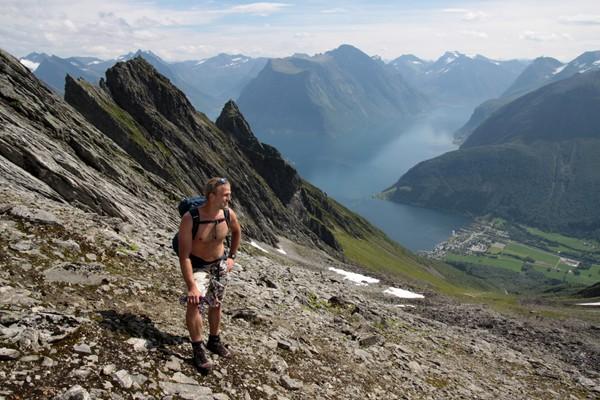 En naturlig avstikker på etappen mellom Standaleidet og Sæbø, Skondalen gir raskeste vei opp til Dalegubben og Holmshornet. - Foto: Arild Eidset.
