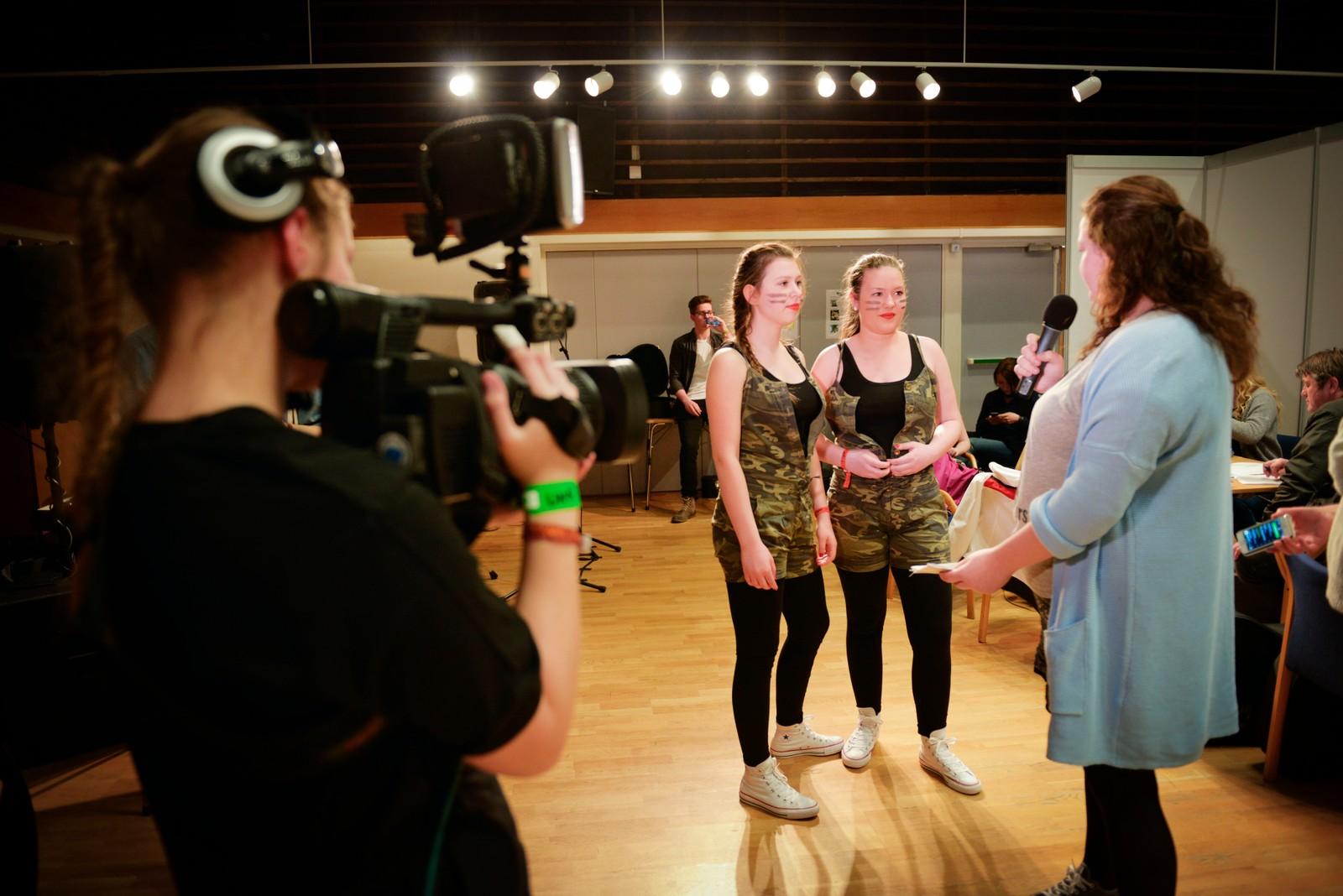 Izabela Wdowiak og Oda Holthe blir intervju av Lene Førde.