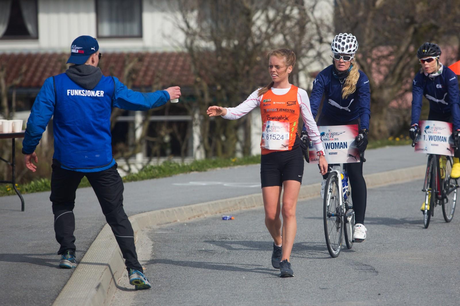 En sliten Elise Selvikvåg Movik tar i mot drikke på 40 km