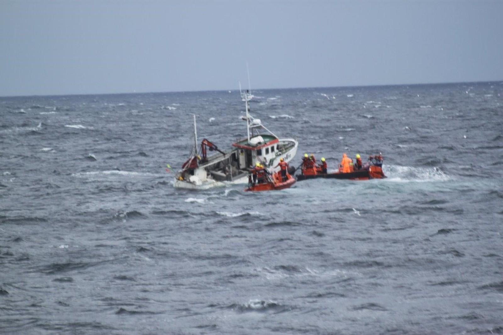 Hovedprioriteringen da redningsmannskapet var på plass var å få Endre Jakobsen trygt over i lettbåten.