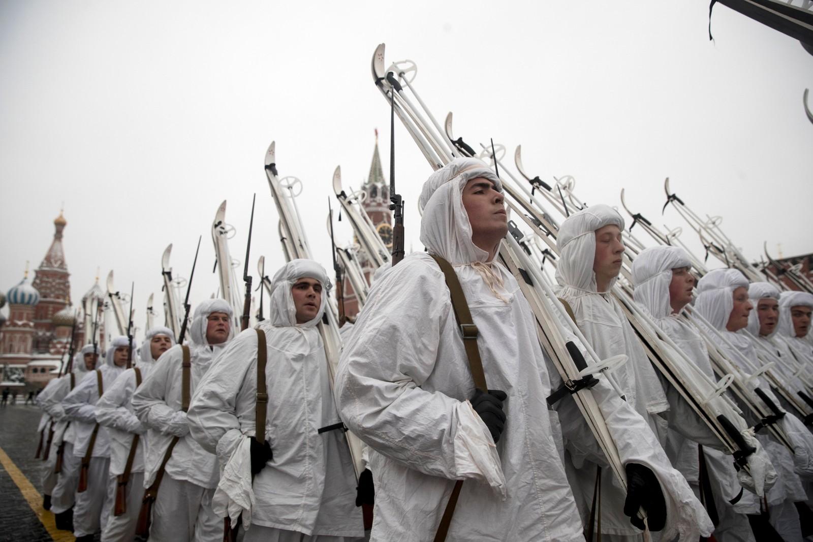 Russiske soldatar i vinterkamuflasjedrakter frå andre verdskrigen marsjerte inn på Den raude plass i dag.
