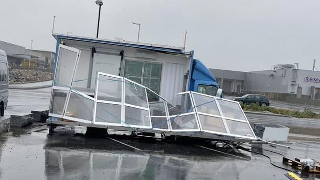 Fiskebua på Leknessletta har fått hard medfart i vinden
