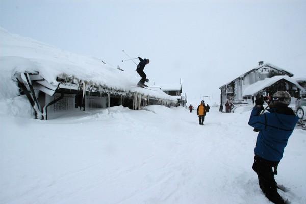 På Haukeliseter er det perfekte snøforhold, også om du vil hoppe fra taket.  -  Foto: Julie Maske