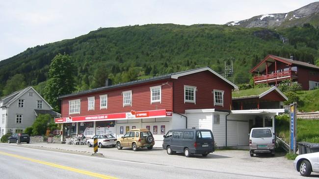 Den tidlegare samvirkefilialen på Ålhus, no Ålhus Nærbutikk. Foto: Ottar Starheim, NRK.