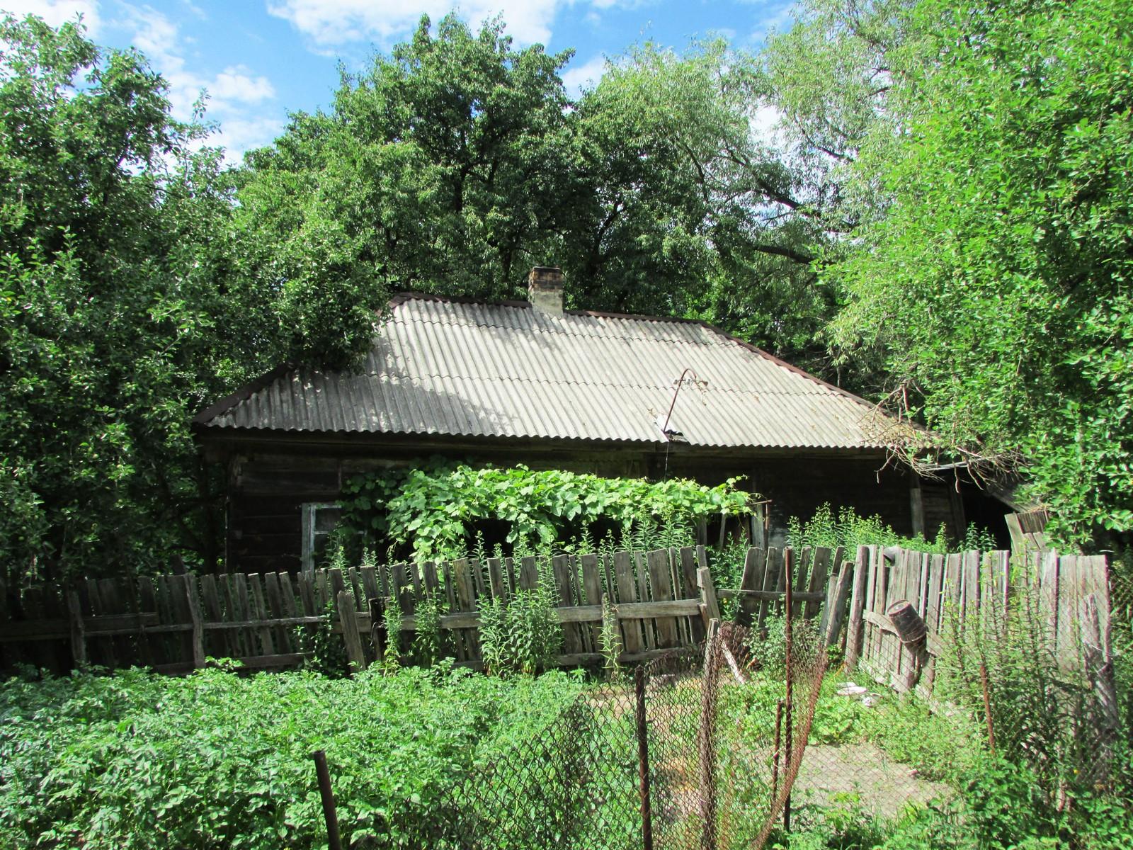 Huset til Rosalie med hagen foran.