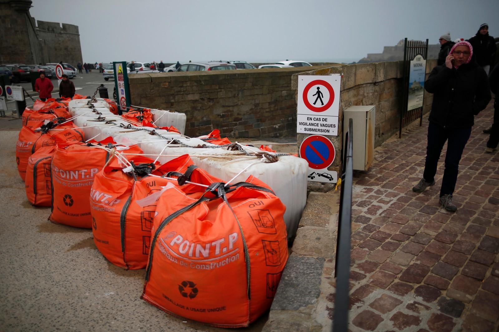 Sandsekker ligger klare ved havna i Saint Malo i tilfelle.