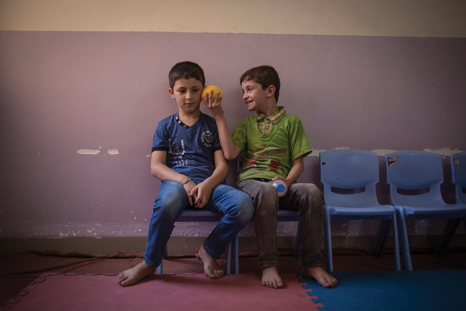 To gutter på det lokale senteret for syriske flyktninger i Shaz-nabolaget i Erbil.