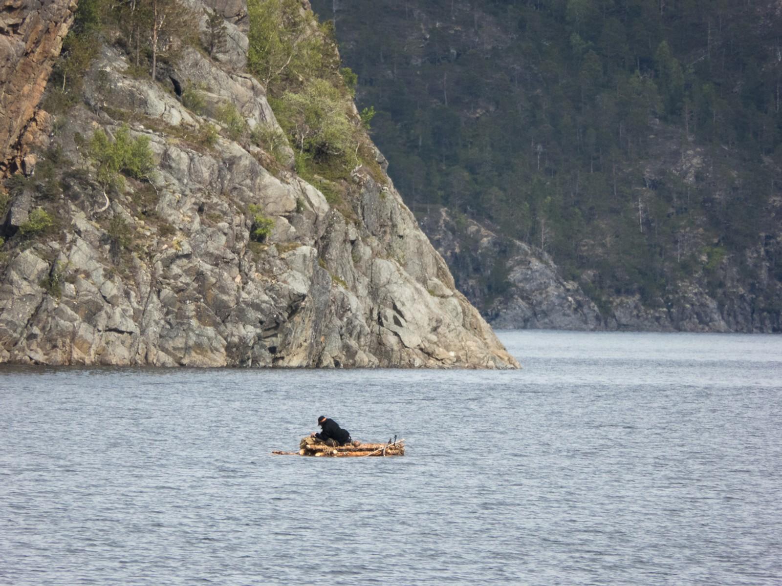Salsvatnet ble en drøy affære. Monsen padlet i 20 timer for å tilbakelegge de ti kilometerne han la bak seg på vannet.