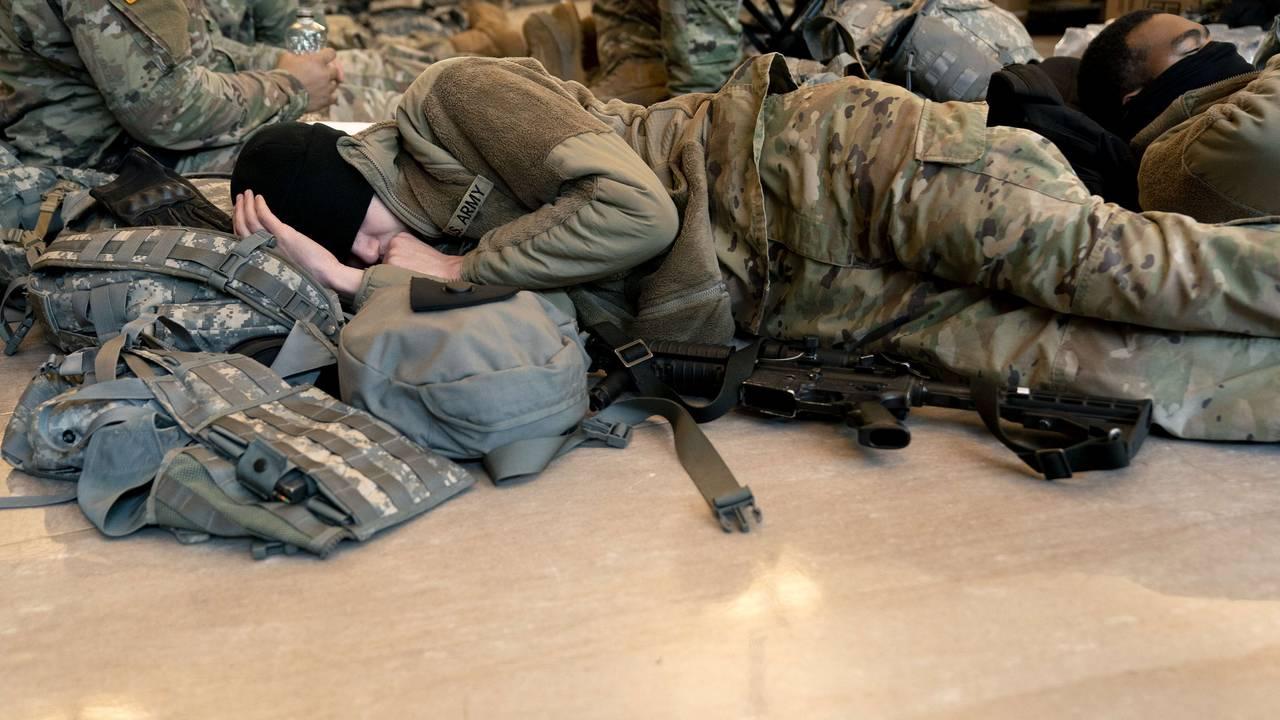 En soldat sover i Kongressen