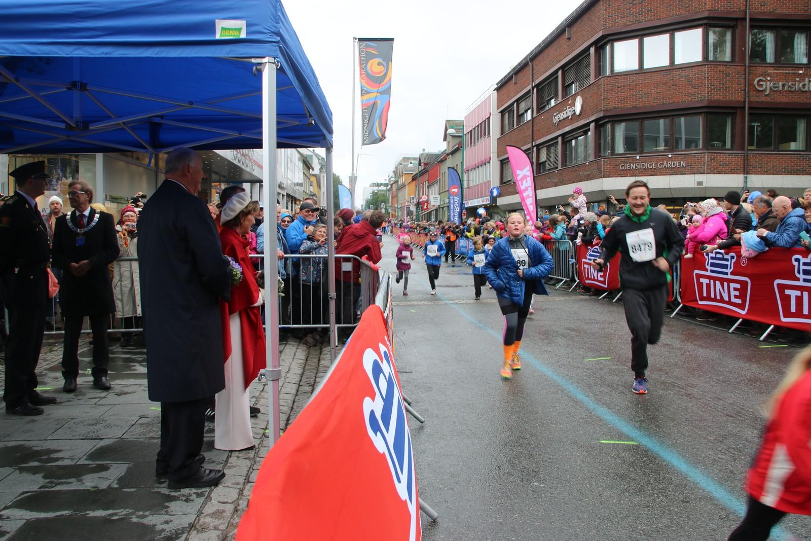 Kongeparet sto på sidelinjen da barneløpet i Midnight Sun Marathon foregikk. Foto: Ida Louise Rostad / NRK