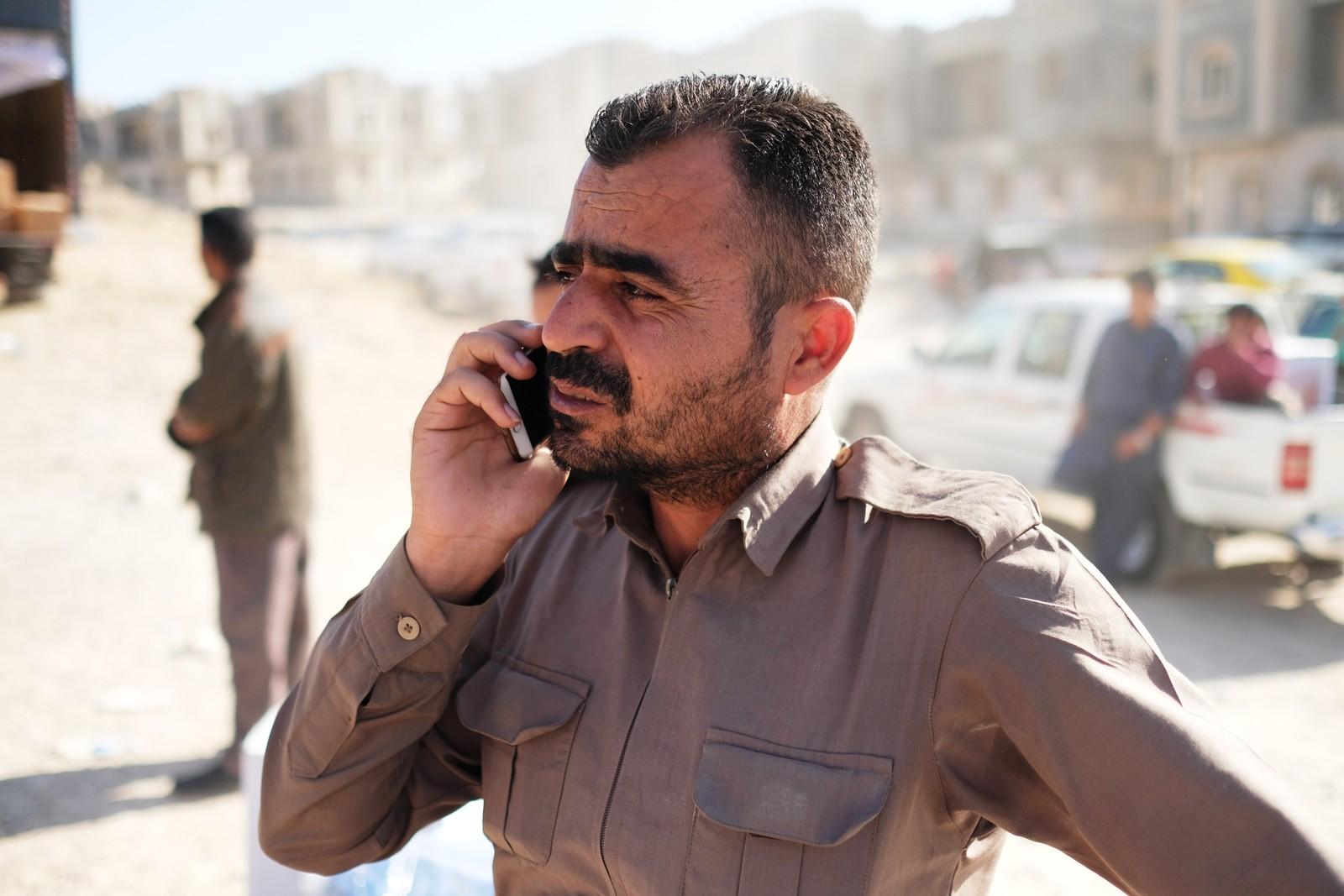 Shaxwan Ghalib Jalal måtte rømme Kirkuk da irakerne kom. NRK møter ham ved en utdeling av mat og pledd i Erbil. Han står i telefonen hele tida, for å finne ut hvor familien er blitt av.