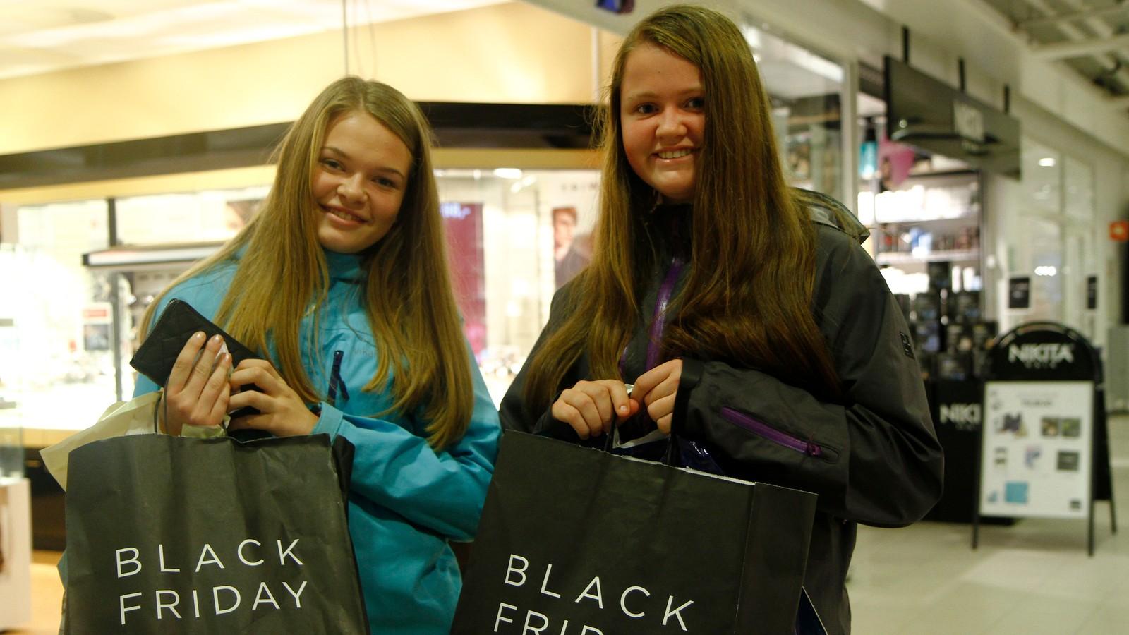 Oda Osvoll Årdal og Trine Lofnes fekk eigne Black Friday handleposar undervegs i julehandelen.
