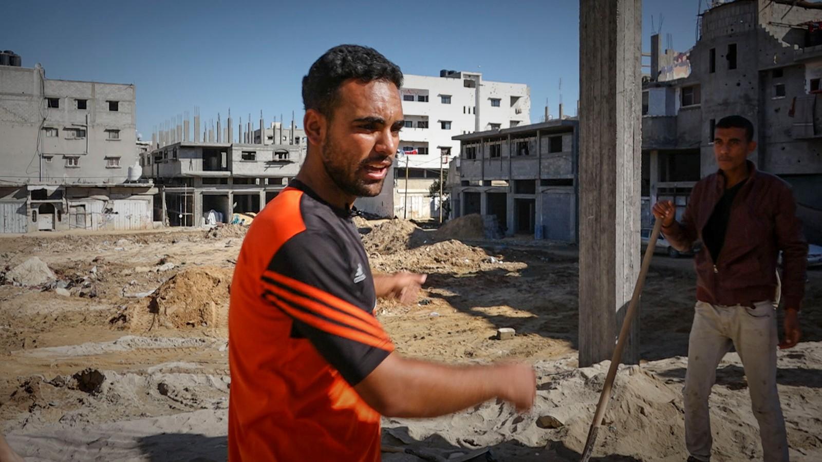 Ahmed Thatha er en av de heldige. Han har kommet i gang med gjenoppbyggingen av huset sitt.