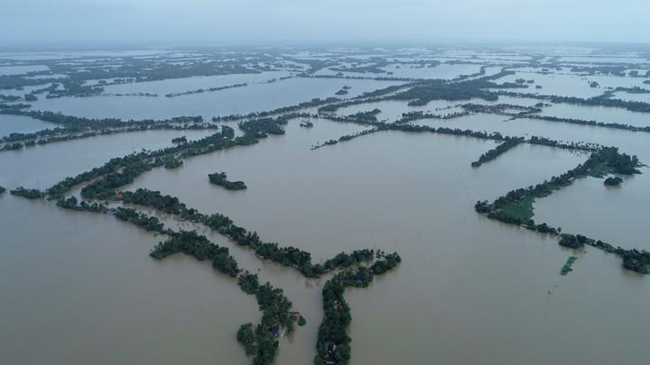 Enorme vannmengder har oversvømt omtrent hele Kuttanad i den sørlige staten Kerala i India - Foto: Charly K C/AP