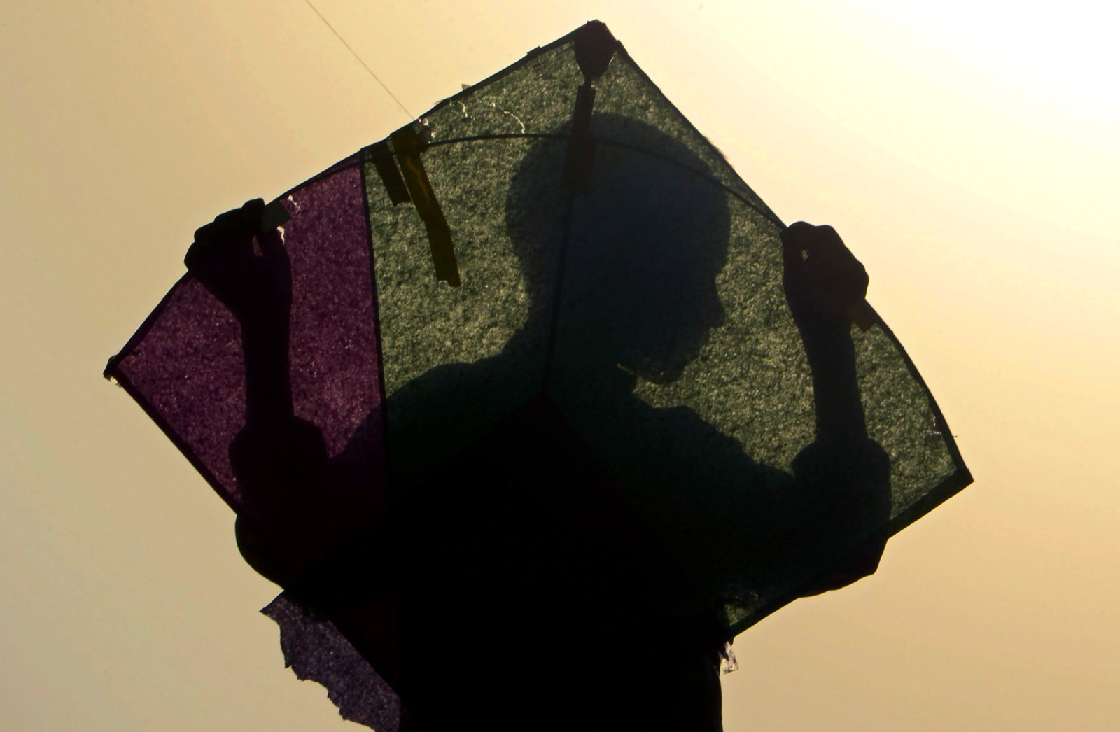 En afghansk gutt med en drage.