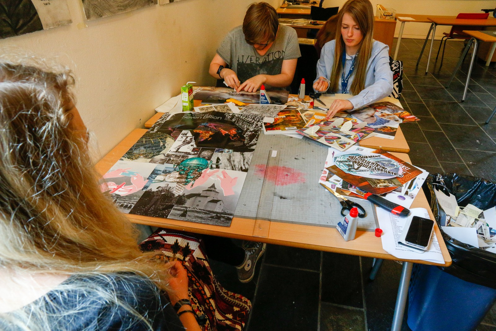 UNGE KUNSTNARAR: Silje Larsen (17) og Svenn Arne Sandvik (18) frå Øvre Årdal prøver seg fram med saks og papir.