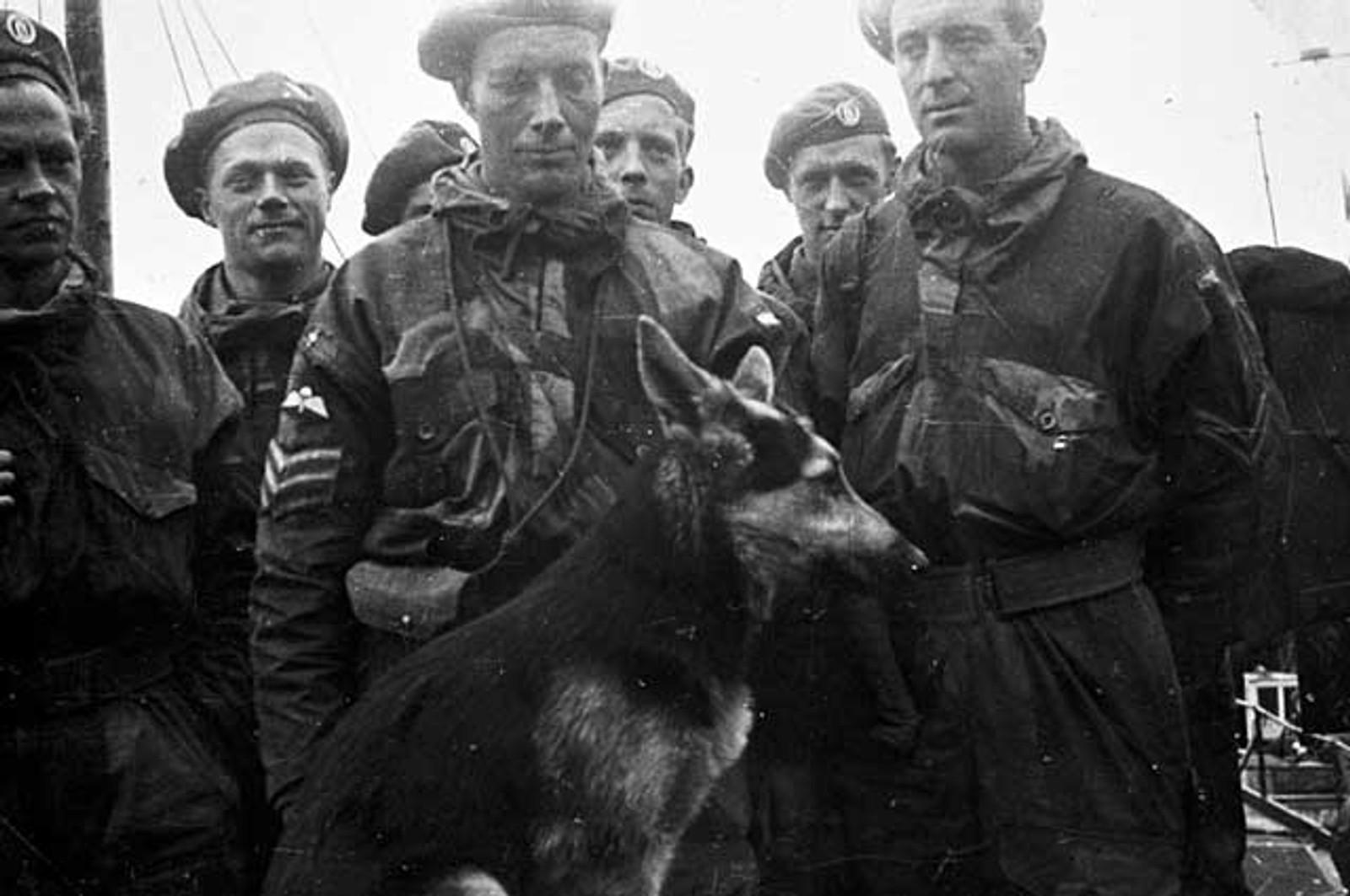 NORSKE TROPPER: Norske fallskjermtropper ankommer byen sammen med en hund i bånd.
