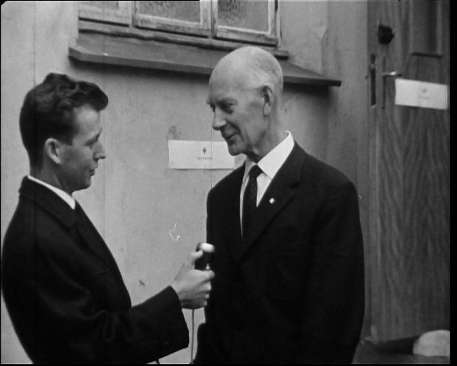 Mangel på opppførsel: NRK-reporter Bjørn Nilsens programmer er stadig tema i Kringkastingsrådet på 1970-tallet. Her intervjuer han Einar Gerhardsen.