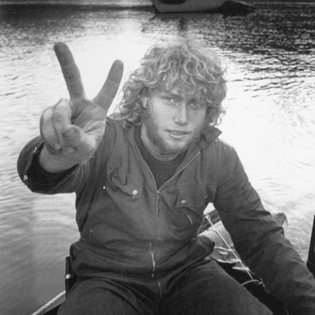 18 år gamle Frederic Hauge sitter i en båt på vannet og viser seierstegnet til fotografen på Jøssingfjorden i 1983
