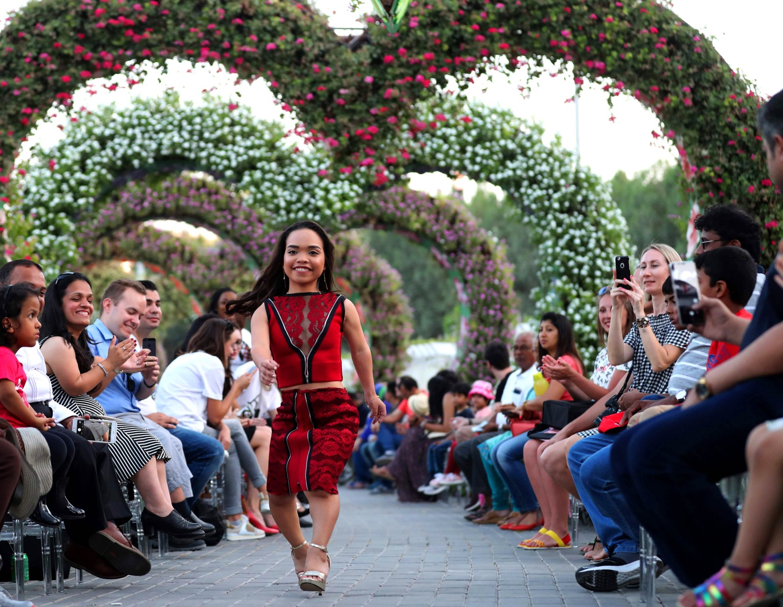 "En modell går ned catwalken under ""International Dwarf Fashion Show"" i Dubai."