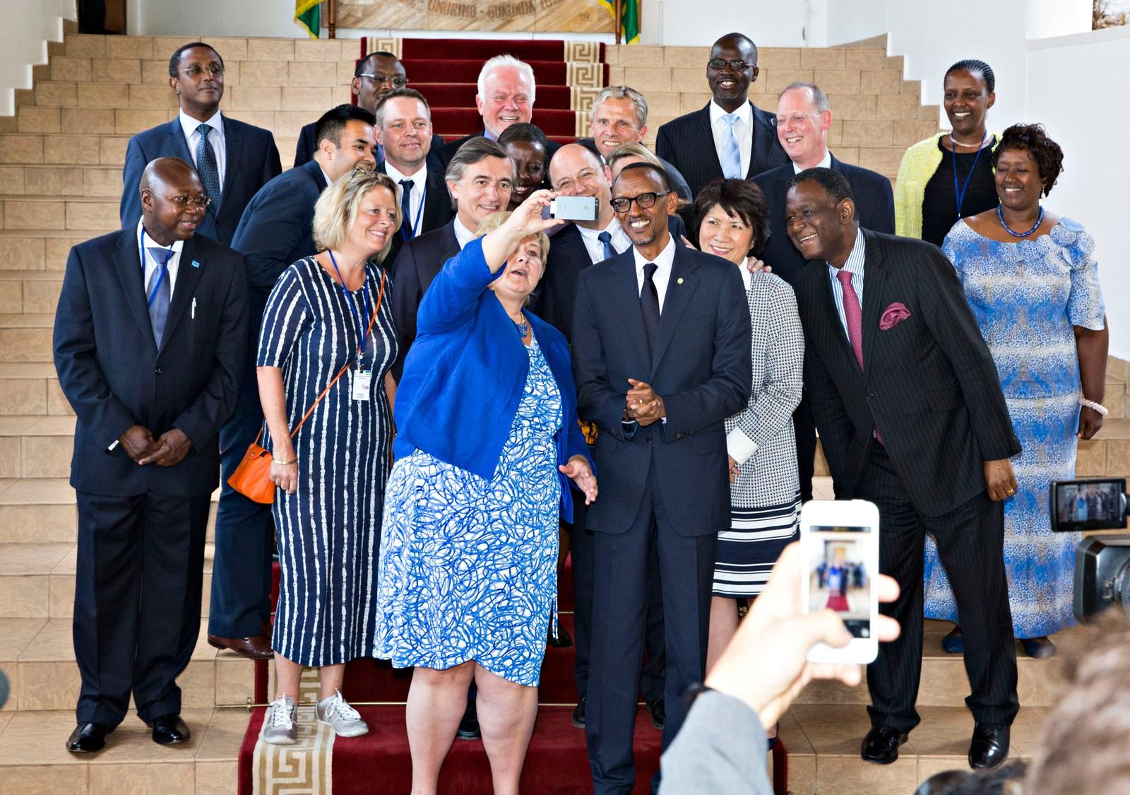 Her tar Erna Solberg en selfie med pådrivergruppen for FNs tusenårsmål, hvor hun er leder sammen med Rwandas president Paul Kagame (t.h. for Solberg), etter at de hadde møte i Kigali i sommer.