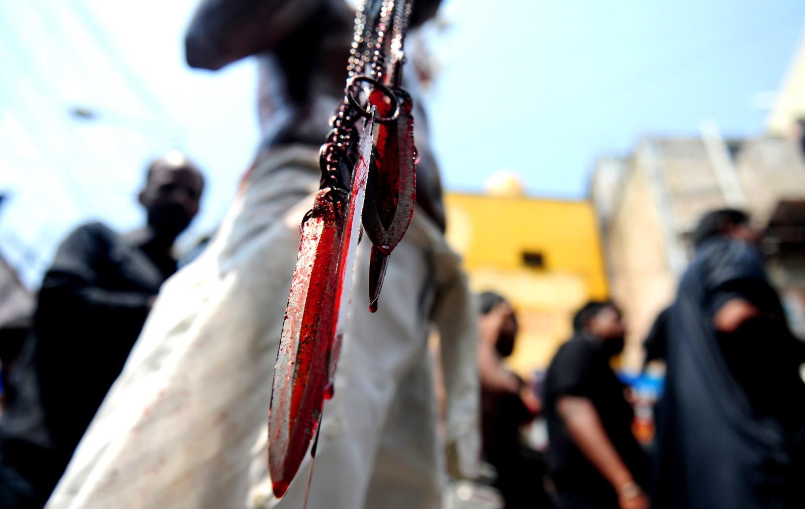En indisk mann holder en blodig kniv etter han har kuttet seg selv under den tiende dagen av Muharram, kalt ashura-dagen i Chennai i India. Sjiamuslimer feirer martyrdøden til imam Hussain, barnebarnet til profeten Mohammed, som ble drept i år 680. Det gjør de blant annet gjennom å skade seg selv på forskjellige måter.