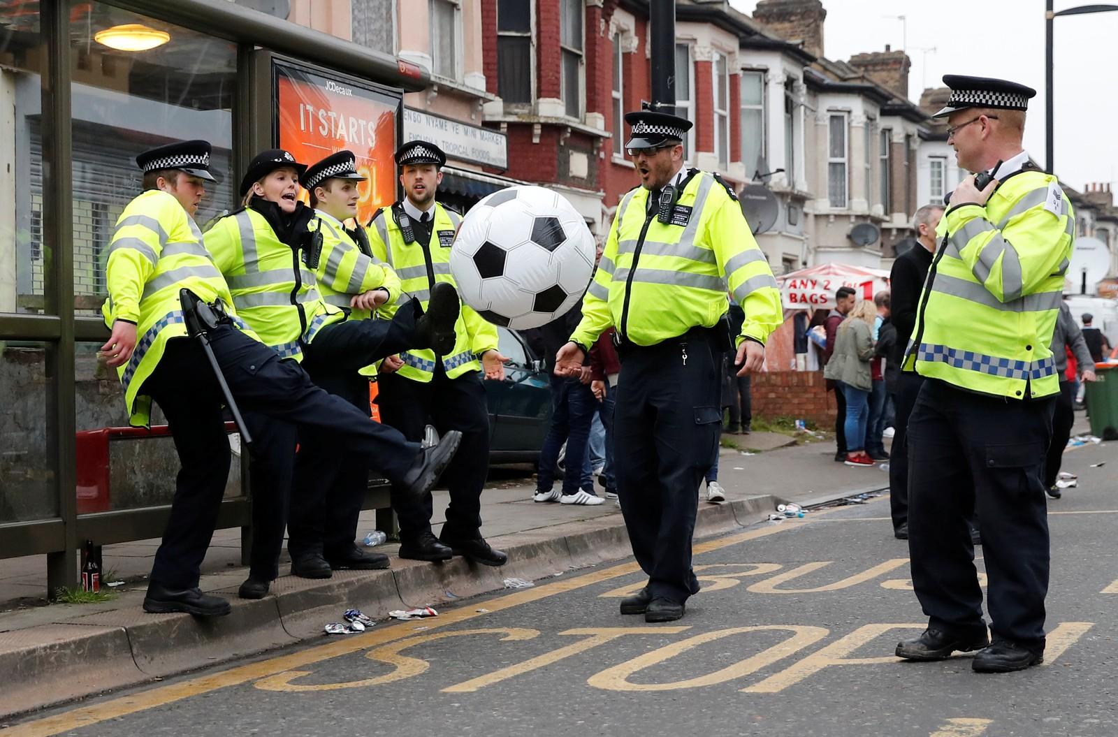 Politiet måtte beskytte bortelaget og kampstart ble utsatt da West Ham og Manchester United skulle spille den aller siste kampen på Boleyn Ground. Dette bildet ble imidlertid tatt under et roligere øyeblikk.