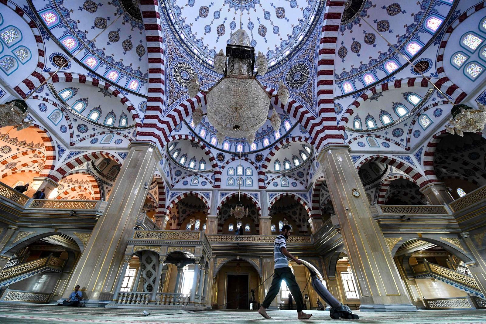 Støvsuging i moskeen i Groznyj i Tsjetsjenia. Moskeen er Europas største og har plass til over 10.000 mennesker.