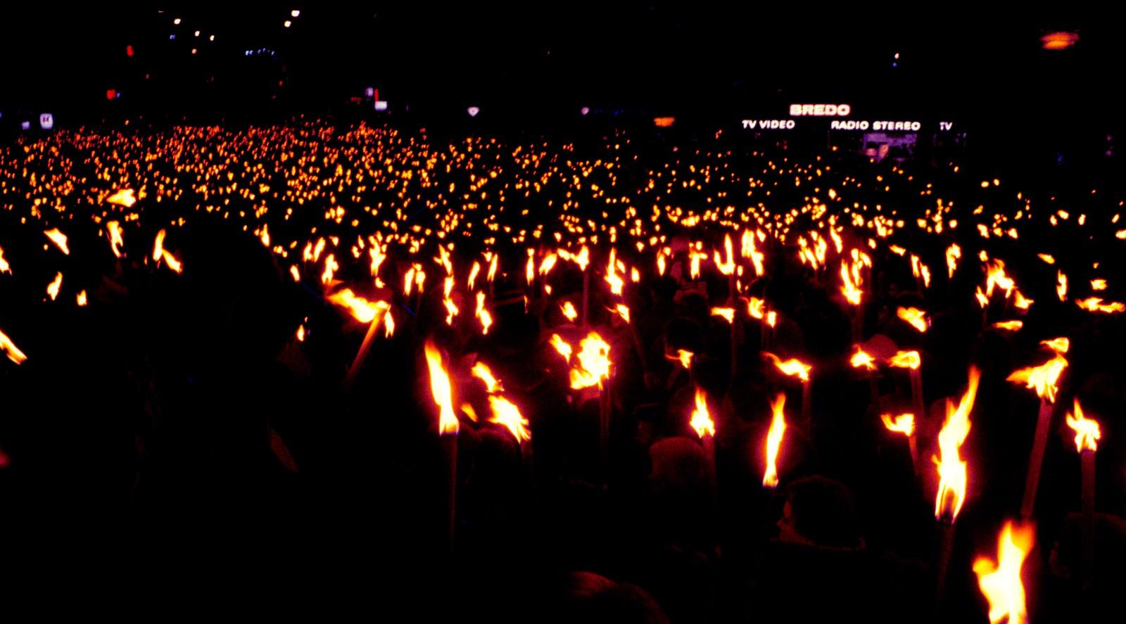 Mange gikk i fakkeltog og deltok i minnehøytidligheten over Palmes død i Oslo i 1983.