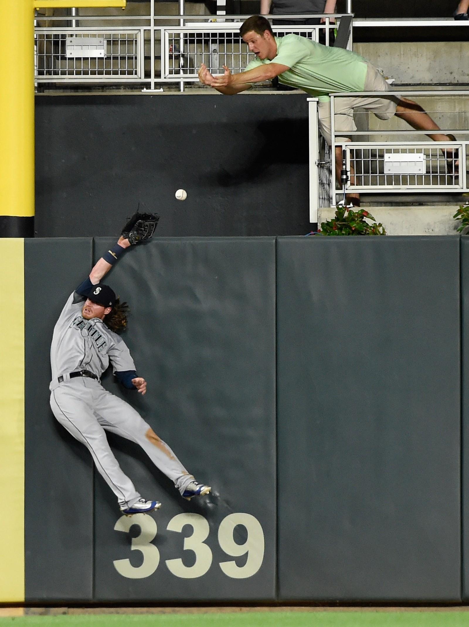 Verken Seattle Mariners' Mitch Haniger eller dagens ivrigste fra publikum fikk tak i ballen under denne baseballkampen der hjemmelaget tapte 20-7 mot Minnesota Twins