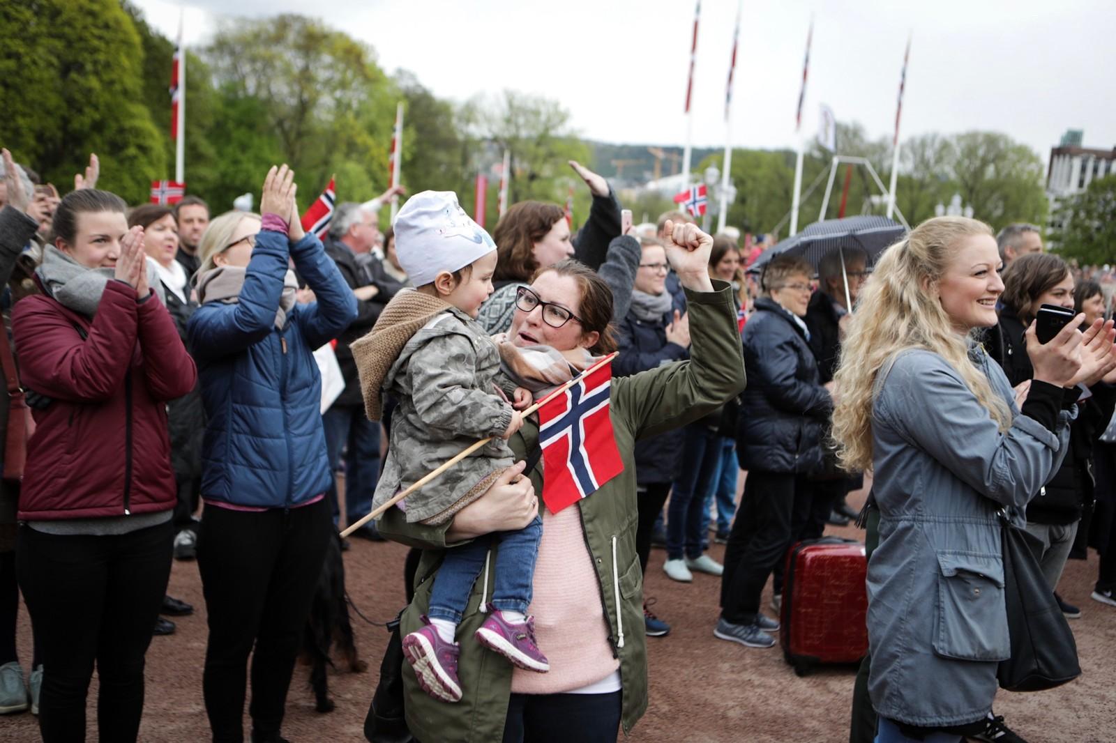 Kongeparet feires på Slottsplassen 9. mai 2017.