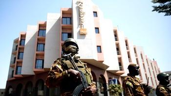 En bevæpnet soldat holder vakt utenfor Radisson Blu-hotellet i Bamako