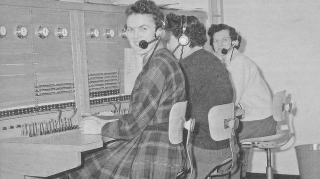 Ruth Haugen, Åse Haugen og Hildur Follevaag på telefonsentralen i Askvoll i 1960. Foto frå samlinga etter Arnfinn Follevåg.