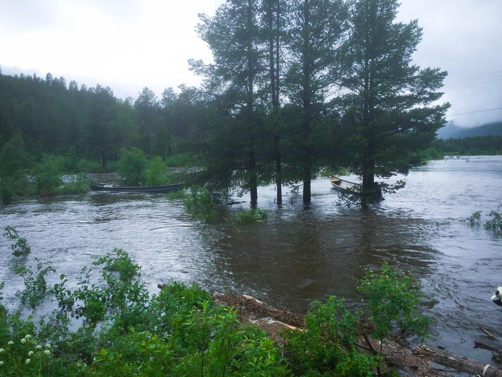 Flere elvebåter ble tatt av flommen i elva.
