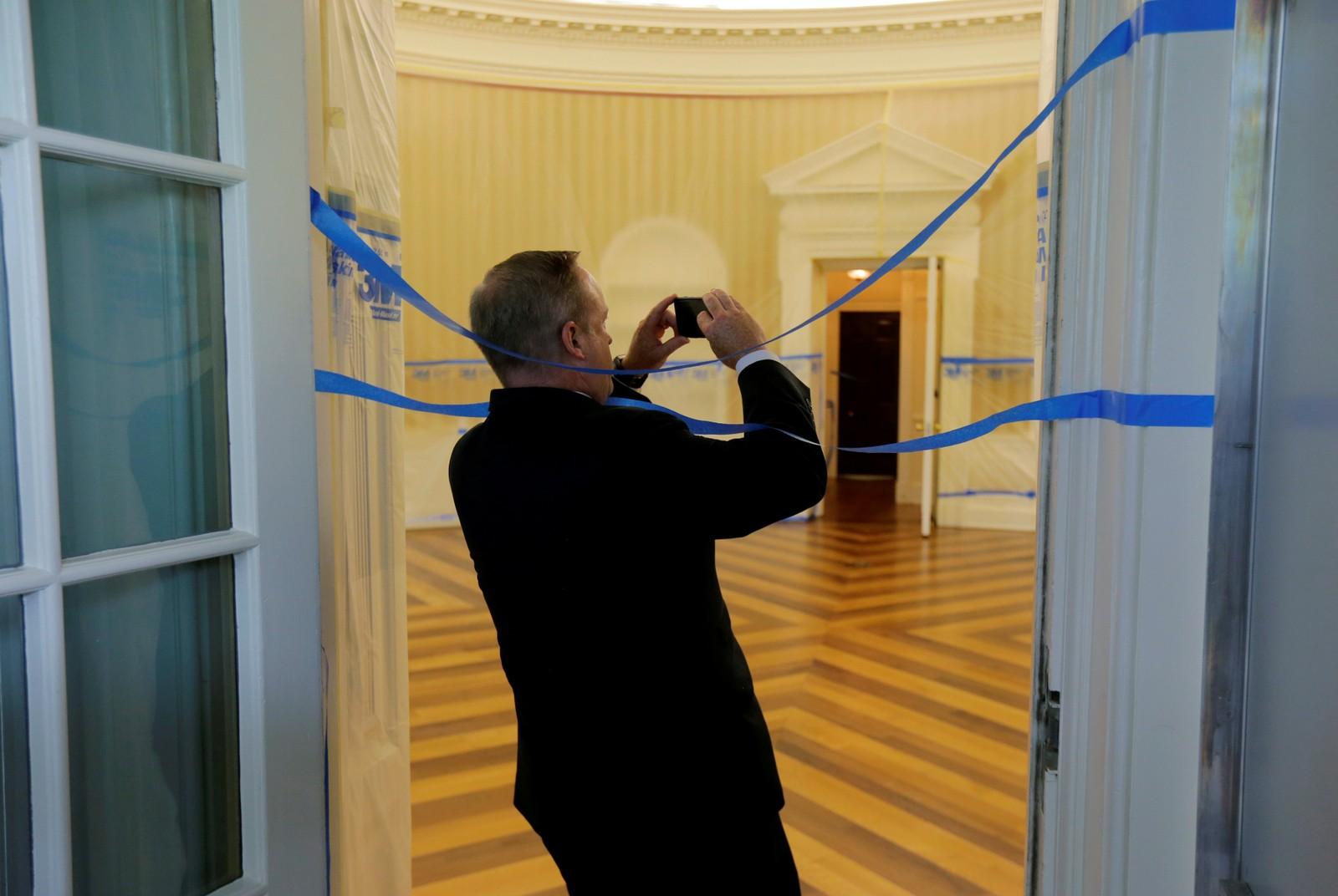 Tidligere pressesekretær i Det hvite hus, Sean Spicer, sikret seg fredag et bilde av Det ovale kontor, som er helt tomt på grunn av oppussing. President Donald Trump er på golfferie i New Jersey mens oppussingen i Washington D.C. pågår.