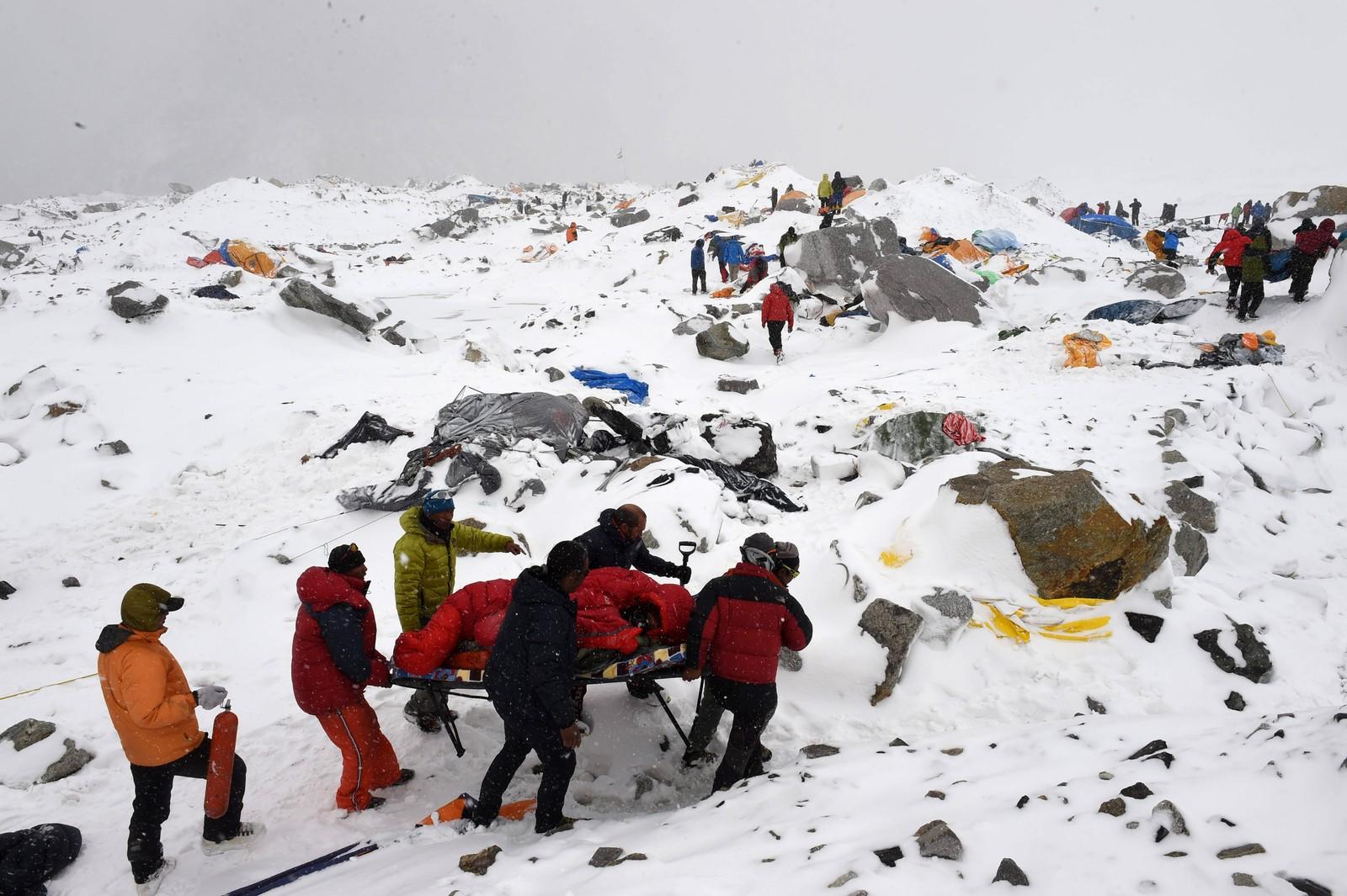 Hele Base Campen var smadret og de skadde ble båret av de andre fjellklatrerne.