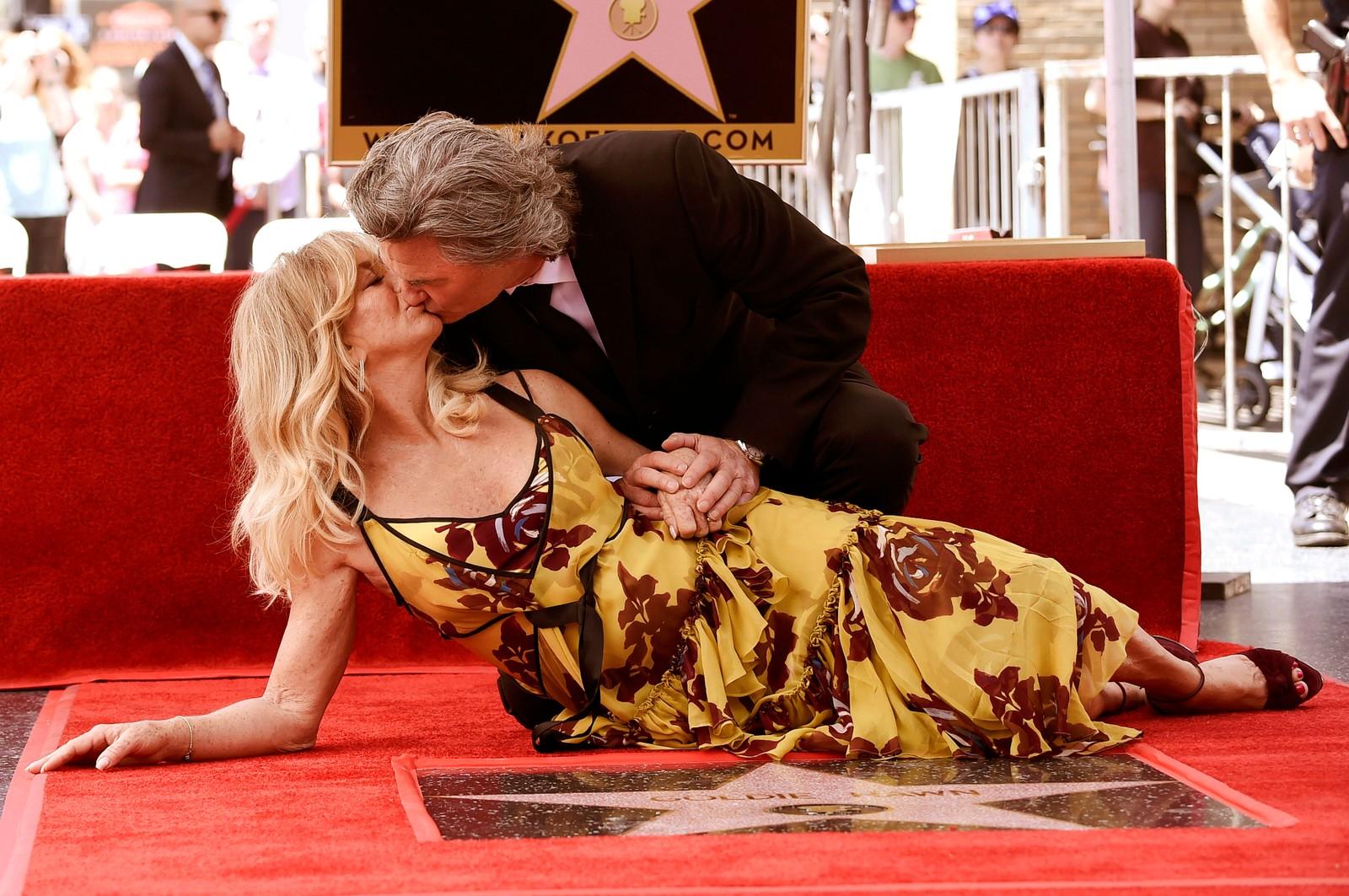 Skuespillerne Goldie Hawn og Kurt Russell deler et øyeblikk. De ble beæret med hver sin stjerne på Hollywood Walk of Fame.
