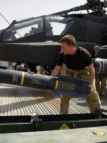 Soldater gjør klar en Hellfire-rakett for et Apache kamphelikopter