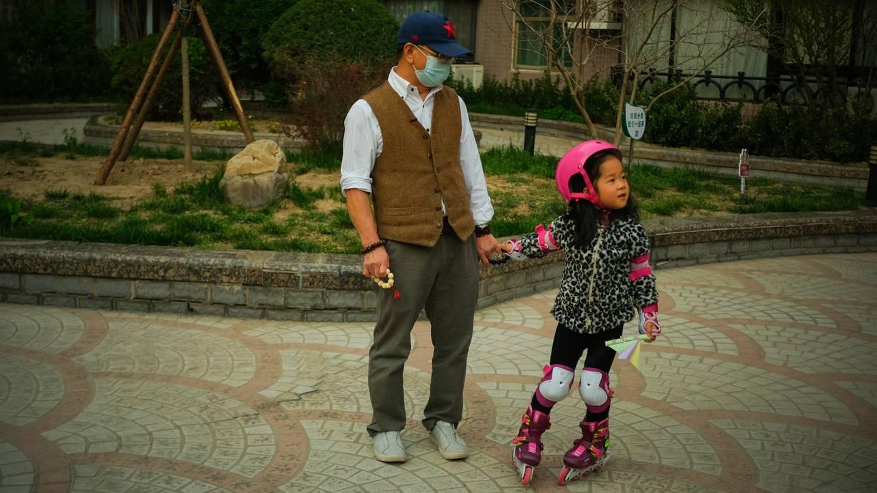 Hand i hand i kvardagen, med farfar