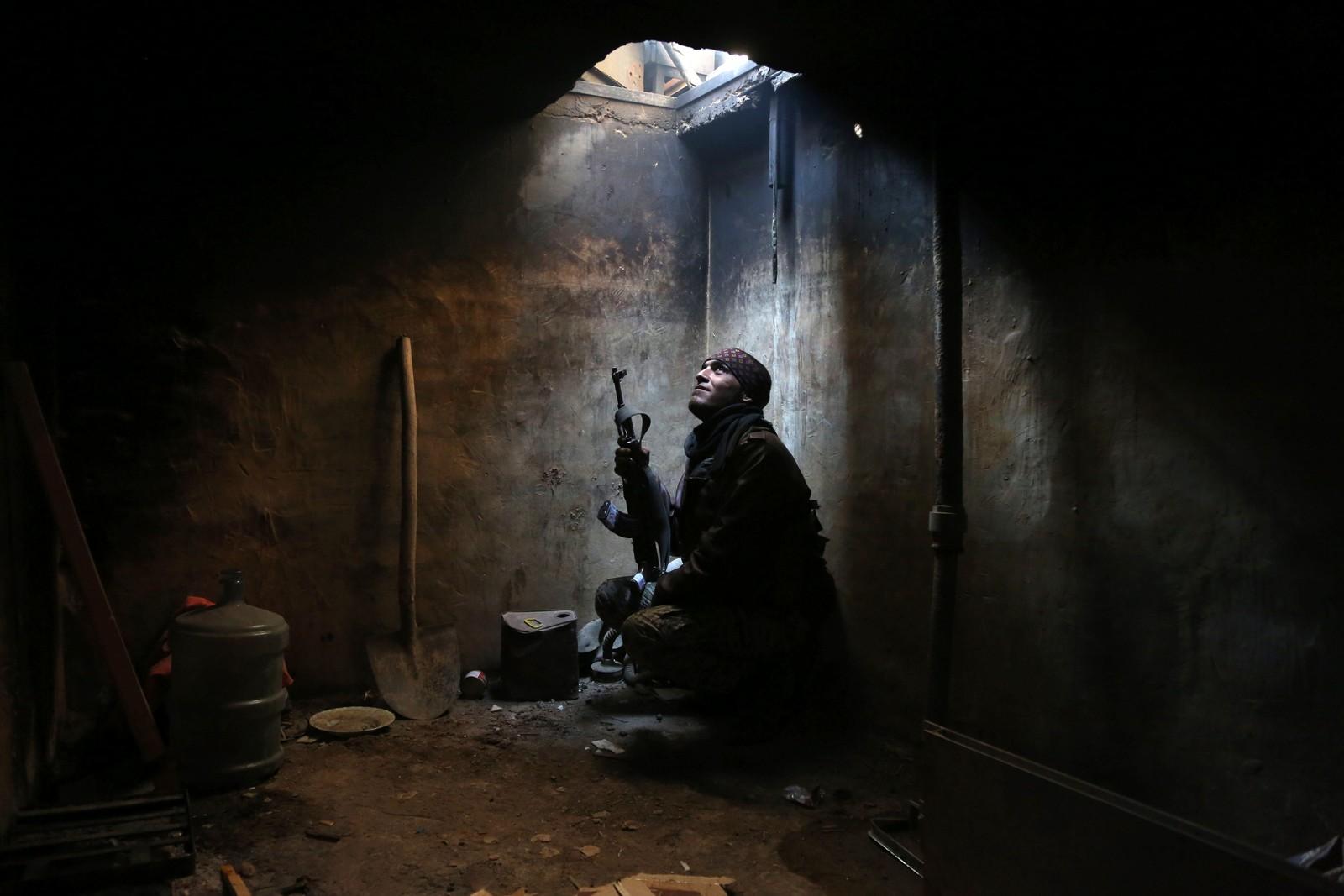 Et medlem visstnok tilhørende Faylaq al-Rahman-brigaden, foreviges fra sitt gjemmested i Arbeen utenfor den syriske hovedstaden Damaskus.