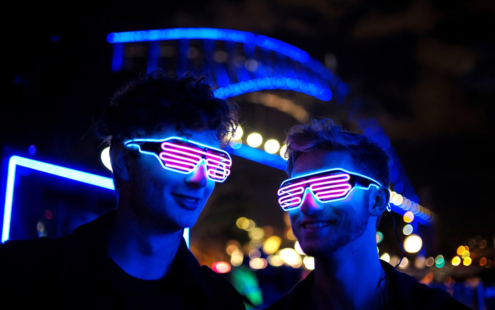 """Besøkende på lysfestivalen """"Sydney Vivid Festival"""" i Australia."""