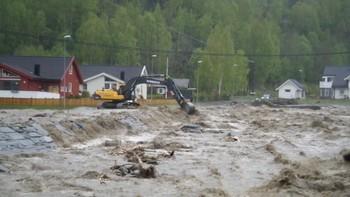 Vannet flommer gjennom Kvam sentrum.