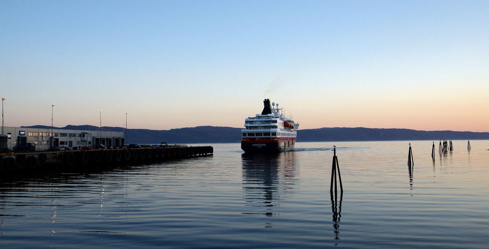 MS Nordnorge på vei inn til kai i Trondheim