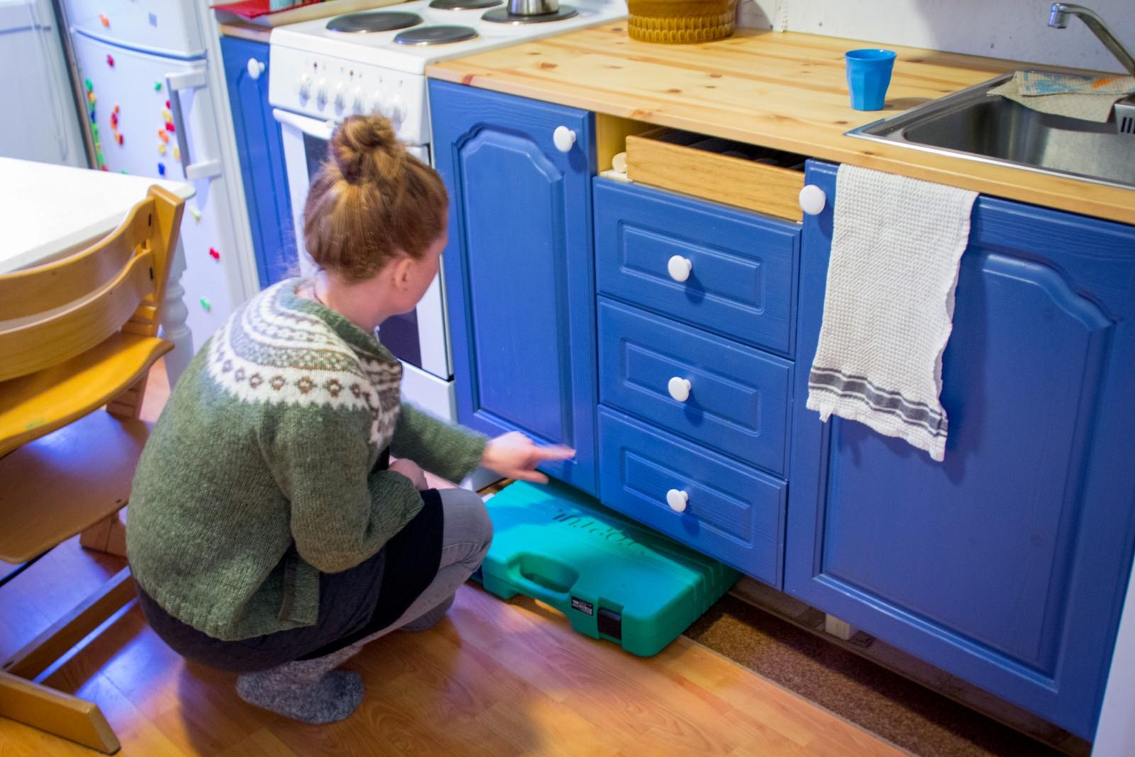 Alle ledige rom blir nytta. Under kjøkkenbenken bur verktøykassen - og den kjem godt med når ein pussar opp huset sjølv.