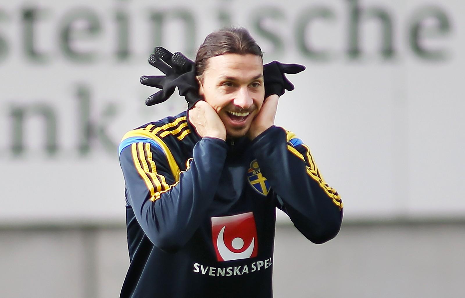 Sveriges superspiss Zlatan Ibrahimovic gjør ablegøyer med hanskene sine under en trening før EM-kvalifiseringskampen mot Liechtenstein.