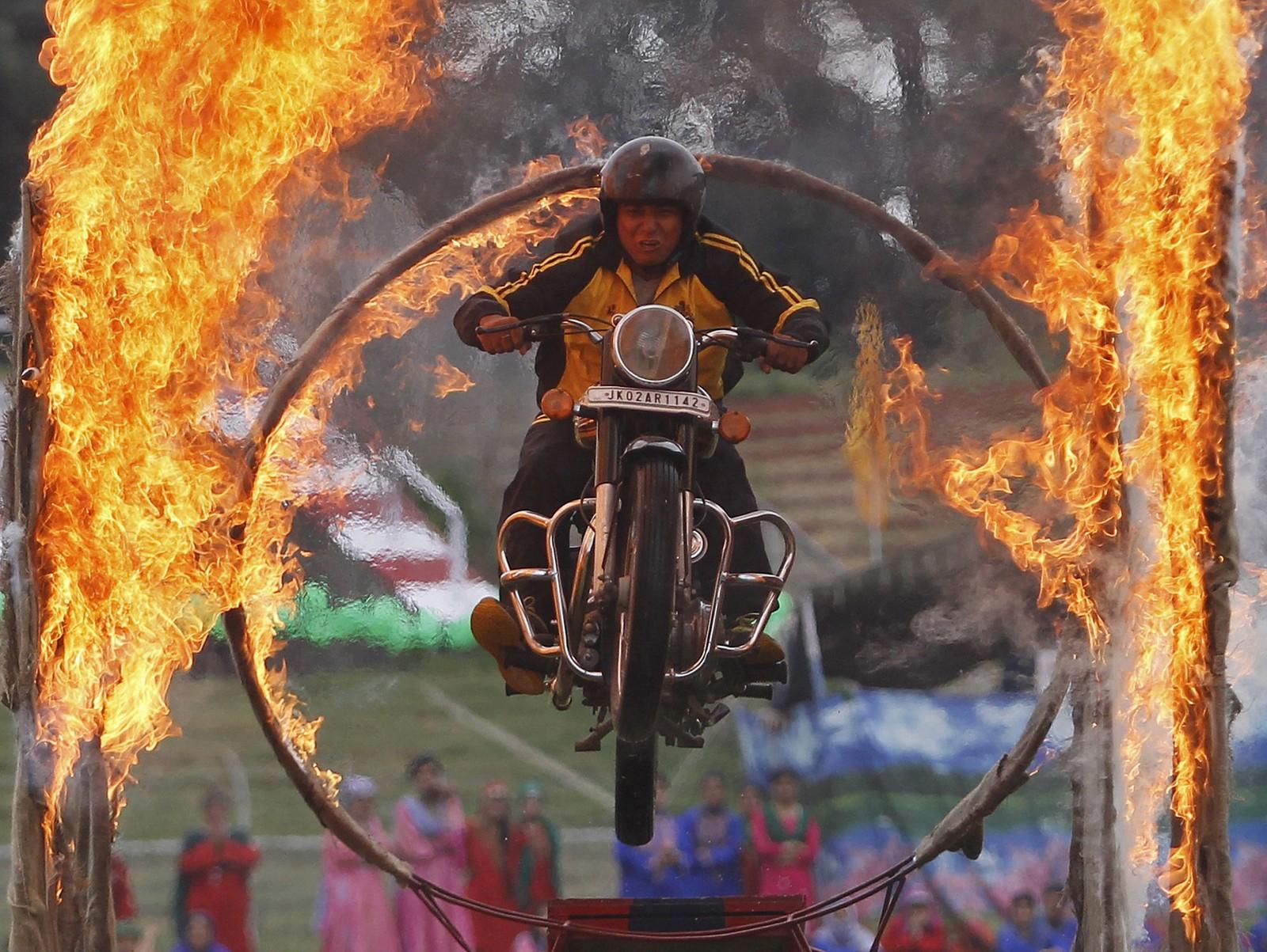 En politimann i Kashmir gjennomfører et stunthopp gjennom en ring av flammer. Stuntet var en del av feiringen av Indias uavhengighetsdag.